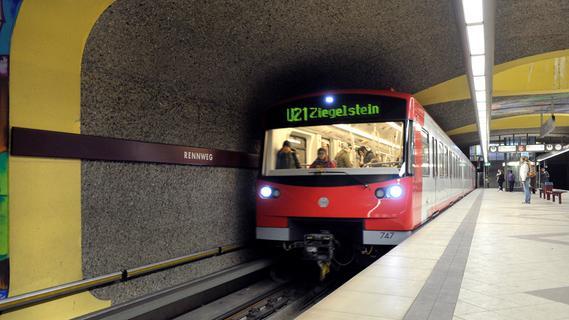 Lebensgefährlich: Frau springt auf U-Bahn-Gleise - Zug muss notbremsen, Fahrer unter Schock