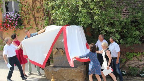 Ein neuer Dorfmittelpunkt: Brunnenenthüllung in Pahres