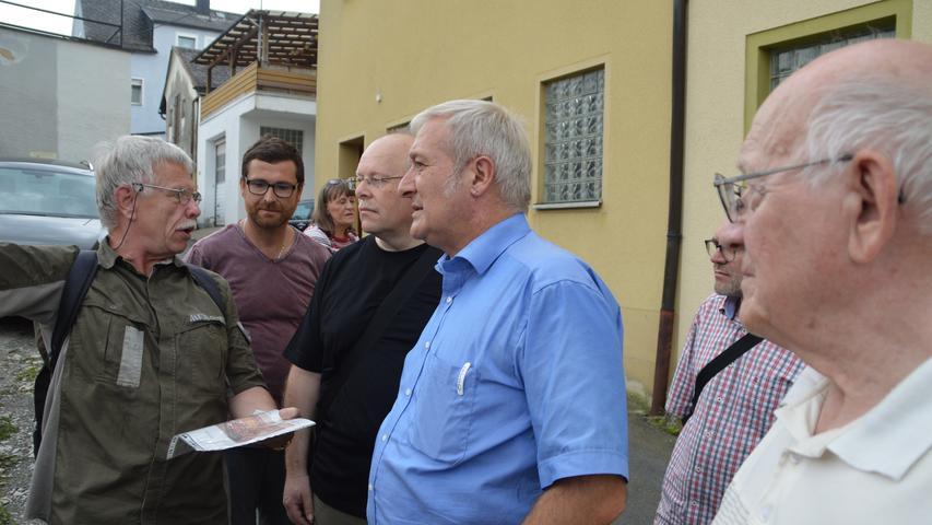 Zusammen mit Anliegern, Tiefbau-Experten und dem Stadtheimatpfleger erörterte Bürgermeister Uwe Raab die Situation in der Brauhausgasse.
