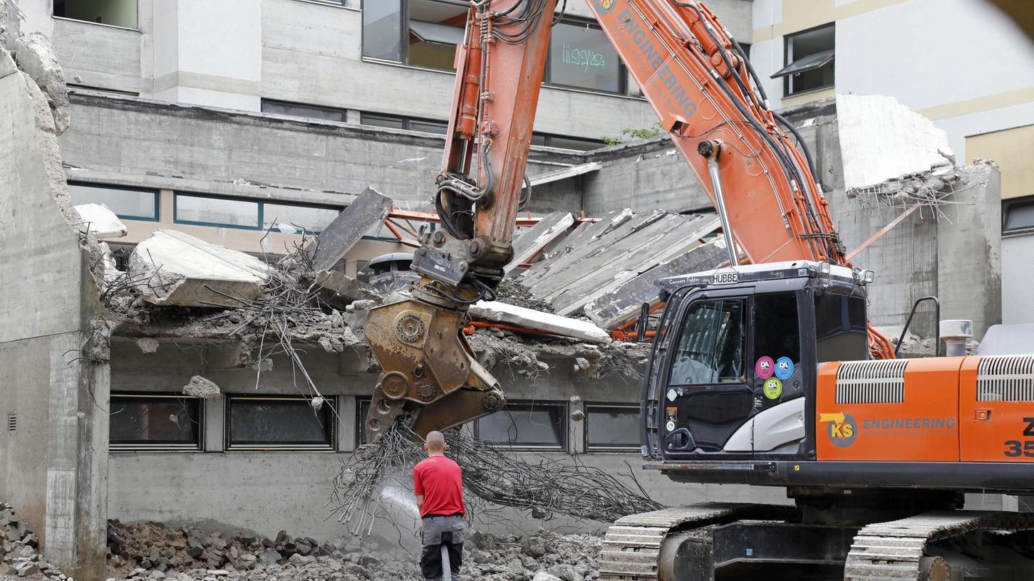 Mit schwerem Gerät wird das ehemalige BRK-Seniorenheim in der Hainbrunnenstraße dem Erdboden gleich gemacht.