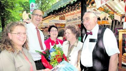 Den Traditions-Wirtsleuten Heinz und Rosi Müller (von rechts) sowie Tochter Margit Pickelmann gratulierten «Bergreferent» Konrad Beugel und die städtische Berg-Beauftragte Birgit Korzenietz.