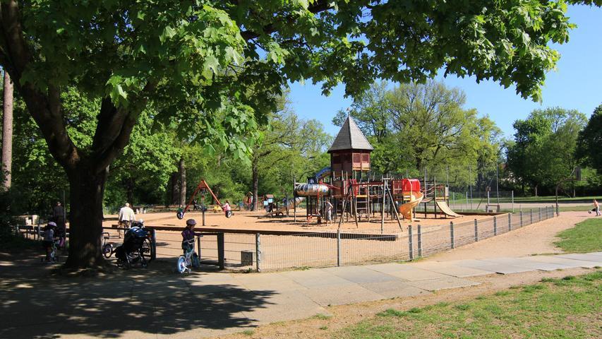 Der Spielplatz im Stadtpark ist einfach schön gelegen. Über die U-Bahn-Stationen Schoppershof und Maxfeld lässt er sich rasch erreichen. Der umliegende Park eignet sich gut für Spaziergänge und bietet weitere Spielmöglichkeiten, inklusive der Straße der Kinderrechte. Der Spielplatz selbst verfügt über ein weitläufiges Klettergerüst mit Brücken und Rutschen, für Kleinkinder gibt es ein eigenes Areal.