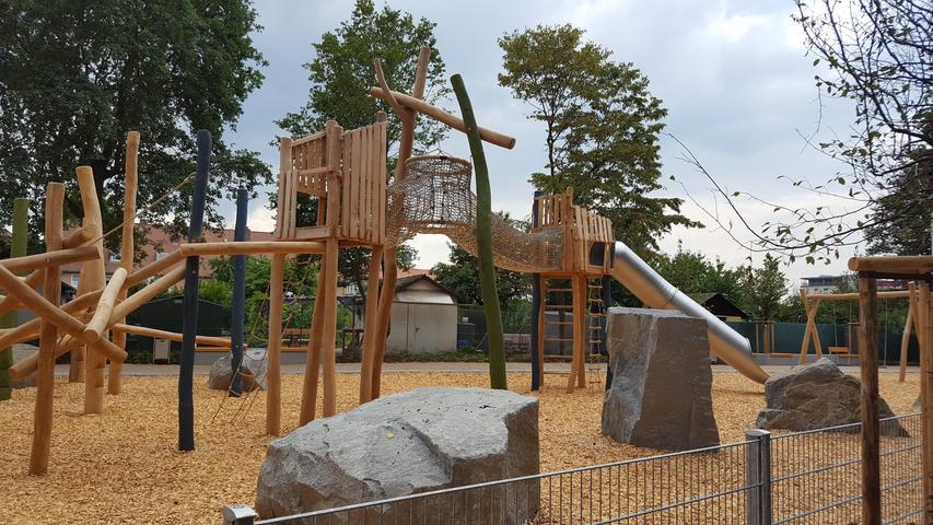 Am Westfriedhof liegt etwas versteckt der Spielplatz am Fuchsloch für Kinder von sechs bis zwölf Jahren. Beliebt sind der Kletterkriechtunnel und der Hängekorb, der eine wohldosierte Mischung aus Abenteuerlust und Sicherheitsvorschriften bietet.