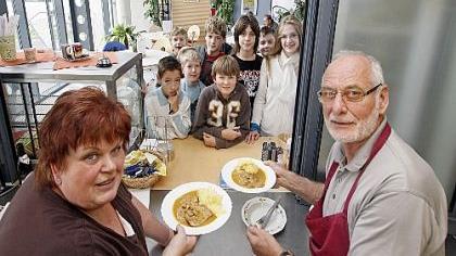 Beliebter Treffpunkt: Bei Margit und Rudolf Beck in der Cafeteria steht die Kundschaft Schlange.