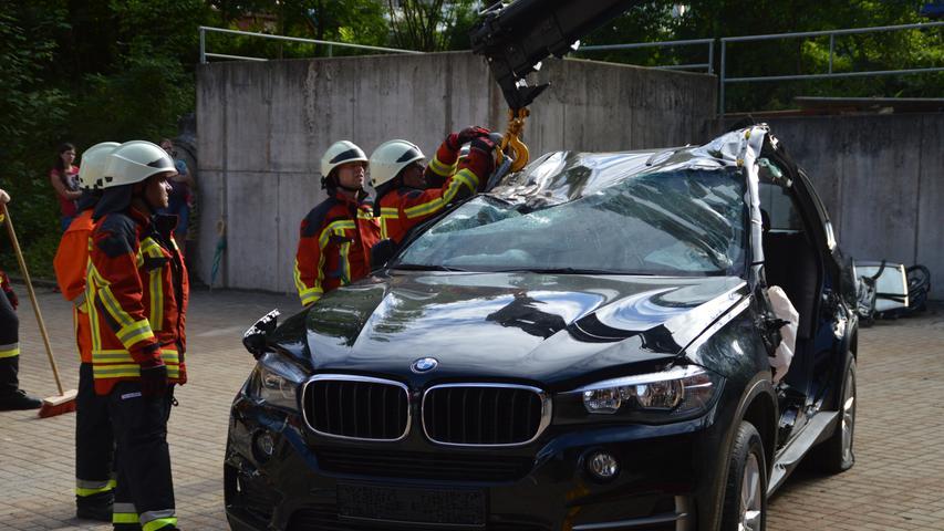 Die Sicherheitssysteme in modernen Autos stellen die Rettungskräfte vor große Probleme. Deutlich wurde dies bei einer Spezial-Übung der Pegnitzer Feuerwehr an einem vom Autobauer zur Verfügung gestellten neuwertigen BMW X5 F15. Scheiben können kaum mehr eingeschlagen werden, die Kunststoff-Karosserie lässt sich kaum mehr verformen und die Türholme bringen die herkömmlichen Rettungsscheren an ihre Grenzen. Kurzum: Die vorgeschriebene Rettungsfrist ist kaum mehr einzuhalten. Foto: Richard Reinl