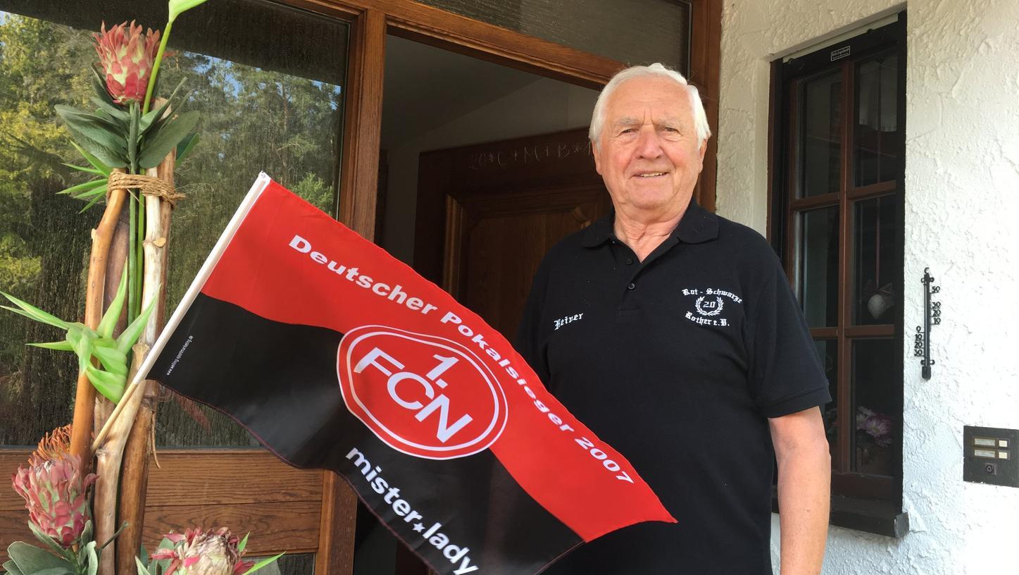 Die Club-Fahne an der Tür weist den Weg zu Heiner Müller. Der einstige Fußball-Profi hat dem Wanderreporter viel zu erzählen.