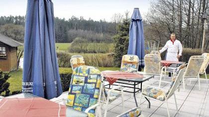 Auf der Terrasse genießt man neben dem leckeren Essen auch das gute Wetter.