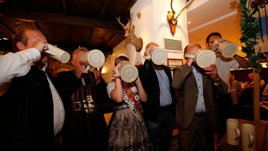 Nürnberg . 08.08.17..Ressort : Lokales Foto: Stefan Hippel..Tucherhof , Bierprobe zum Herbstvolksfest , v.l. Christian Pappert , Jochen Pappert, Carina Cremer. Lorenz Kalb und Jörg Träger , Gastronomiedirektor Tucher