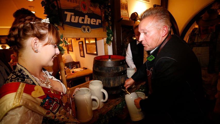 Nürnberg . 08.08.17..Ressort : Lokales Foto: Stefan Hippel..Tucherhof , Bierprobe zum Herbstvolksfest , Volksfestkönigin Carina Cremer und Jochen Pappert beim Anstich