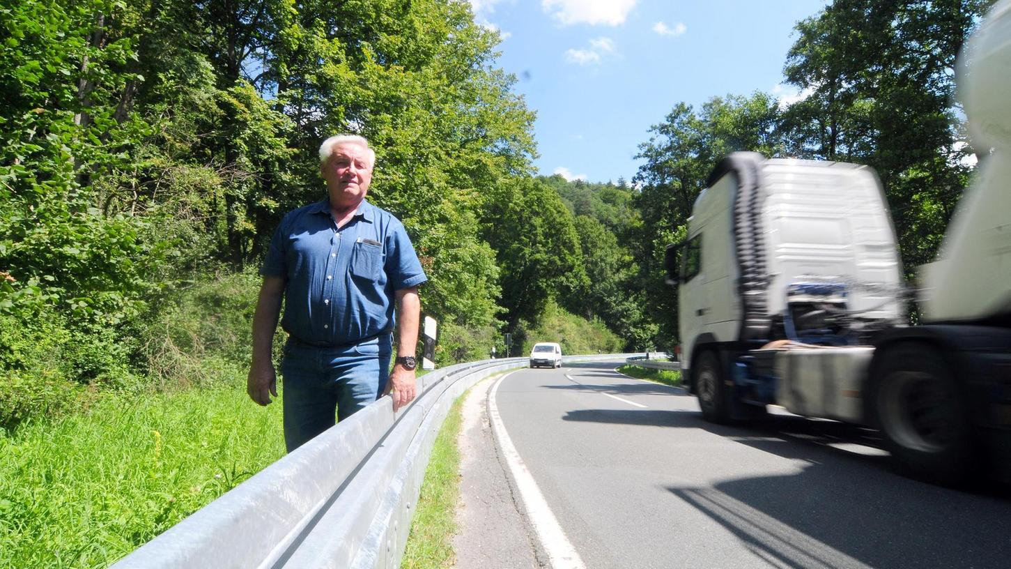 "Erwin Sebald an der neuen Schutzplanke an der Bundesstraße 470 bei Tüchersfeld. Er sagt: ""Durch das Anbringen der Leitplanken ist das Risiko für Fahrradfahrer um hundert Prozent gestiegen."""