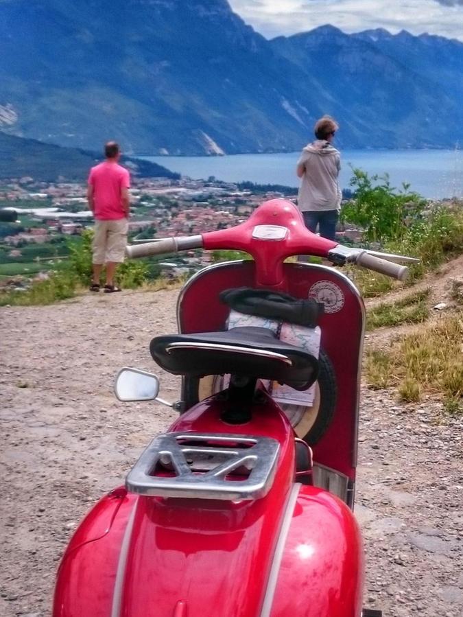 Der große Augenblick, das Ziel vor Augen: Dort unten liegt der Gardasee.