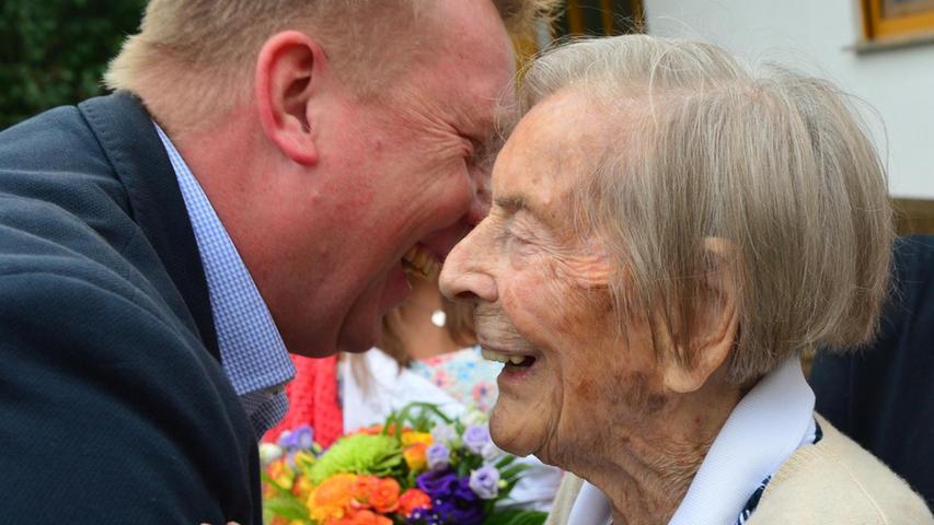 Leopoldine Junger hat bei allerbester Gesundheit ihren 100. Geburtstag gefeiert. Sie ist die älteste Bürgerin von Bubenreuth und hat die zahlreichen Gäste sogar im Garten empfangen. Bürgermeister Norbert Stumpf überbrachte die Glückwünsche der Gemeinde und hatte nicht nur Blumen, sondern auch eine Schachtel feiner Pralinen in Form einer Geige dabei. Einen süßer Likör, den das Geburtstagskind gerne trinkt, hatte er auch mitgebracht. Ministerpräsident Horst Seehofer hatte über den Bürgermeister eine Silbermedaille überreichen lassen.