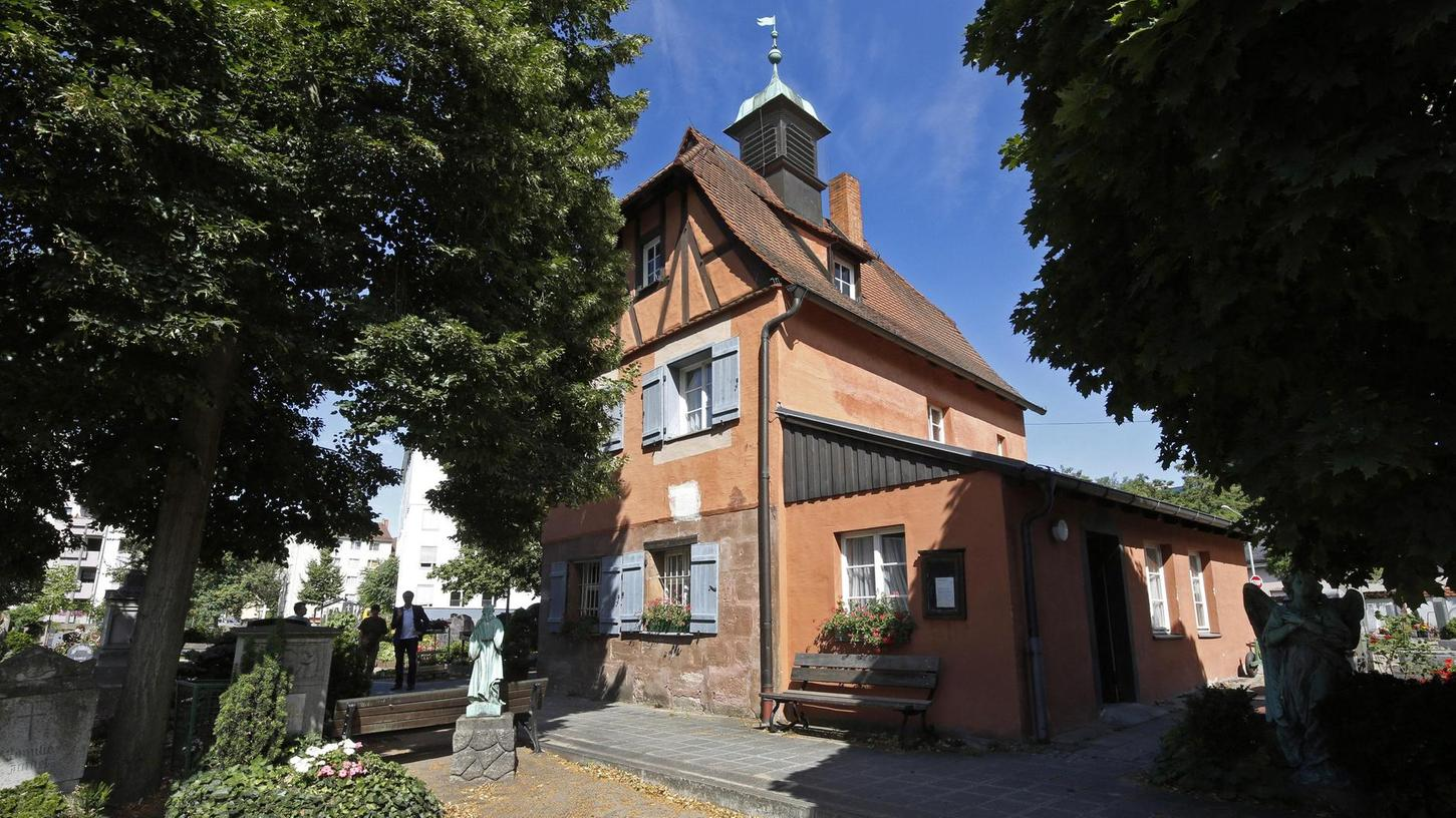 Viel Fachwerk: Eines der ältesten Wöhrder Gebäude steht mit dem Totengräberhaus seit 1529 auf dem Friedhof. Die Sanierungspläne sind fertig — nach der Schadstoffbeseitigung gehen die Arbeiten im September richtig los.