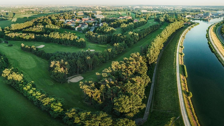 Im Fürther Stadtteil Atzenhof liegt der Platz des 1. Golf Clubs Fürth zwischen Main-Donau-Kanal (rechts) und Solarberg.