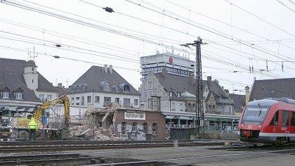 Der letzte Akt: Das alte Stellwerk am früheren Bahnübergang Ottostraße wird im Zuge des S-Bahn-Baus dem Erdboden gleichgemacht.