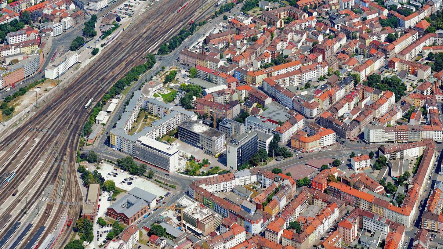 Wo Bahngleise und Wohngebäude aufeinandertreffen — wie etwa hier an der nördlichen Allersberger Straße — macht der Schienenlärm Anwohnern häufig zu schaffen. Ein Beteiligungsverfahren soll hier nun Abhilfe schaffen.