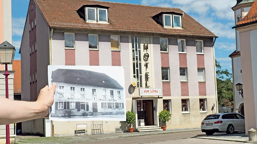 """Zwischen Rathaus und Lambertuskirche steht in der Treuchtlinger Hauptstraße die wohl älteste Gastwirtschaft der Altmühlstadt, der einstige """"Schwarze Bär"""". Erster dokumentierter Besitzer war 1832 Johann Wolfgang Lotter. Schon 1596 bewirtschaftete aber ein Hans Seemann an gleicher Stelle ein Gut mit Bierwirtschaft. Später gehörte das Gebäude Andreas Kramer und Burkhardt Löffler, bevor Karl Lotter """"Bärenwirt"""" wurde, der noch etlichen Treuchtlingern ein Begriff sein dürfte. Pächter waren von 1954 bis 1958 Josef Brunner, von 1958 bis 1965 Edeltraud Enden, von 1967 bis 1979 Rosemarie Weckwarth und von 1979 bis 1983 Irmtraud Aulbach. Es folgten ein Umbau zum Hotel und aktuell das China-Restaurant """"Kim Long"""". Ein eingemauertes Flachrelief an der Ostseite des alten, heute aber nicht mehr allzu historisch anmutenden Hauses erinnert an die Geschichte des """"Bären"""". Unser """"Bild im Bild"""" zeigt das Gasthaus um das Jahr 1920."""