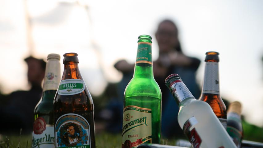 Nicht alle Rauschmittel und berauschenden Substanzen sind in Deutschland verboten. Das Bier zum Feierabend oder die Tasse Kaffee am Morgen wird Ihnen auch in Zukunft niemand verbieten wollen. Die bekanntesten legalen Drogen in Deutschland sind Alkohol, Nikotin und Koffein, da sie nicht im deutschen Betäubungsmittelgesetz aufgeführt werden. Sie erfreuen sich in weiten Teilen der Bevölkerung einer großen Beliebtheit.   Auch bekannt ist die Einteilung in gefährliche harte und harmlosere weiche Drogen, womit das Gefährdungspotential bezeichnet werden soll. Der Ansatz ist jedoch umstritten. So führen Kritiker an, dass neben der Art der Droge und deren (Neben-)Wirkungen das Konsumverhalten der Nutzer zu wenig gewichtet würde. Bei der Legalisierung von Cannabis, die in den letzten Jahren...