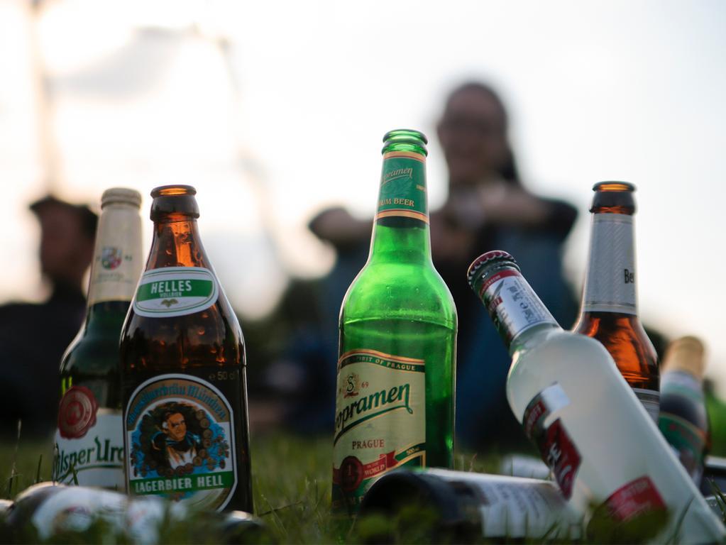 Junge Menschen trinken am 29.06.2015 ihr Feierabendbier im Görlitzer Park in Berlin. Die Bundesdrogenbeauftragte Mortler stellt am 30.06.2015 Ergebnisse zum Alkoholkonsum bei Jugendlichen in Deutschland 2014 vor. Foto:Monika Skolimowska dpa +++(c) dpa - Bildfunk+++