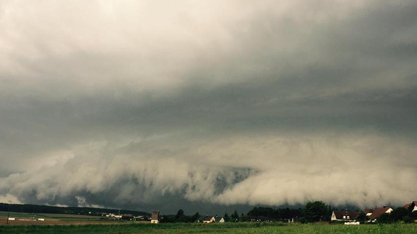 Walzwolke rollt am 18. August über die Region. Bilder von Facebook-Usern.