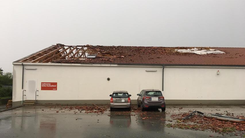 Datum: 18.08.2017, ToMa-Fotografie..Motiv: Unwetter - Sturm - Starkregen - Penny in Fürth ..Verwüstung - Zerstörung - Franken