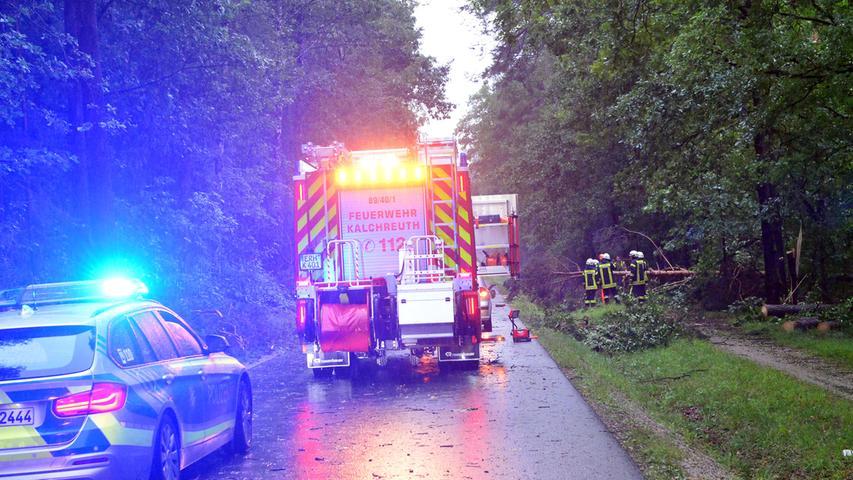 Im östlichen Erlanger Landkreis hat der Sturm am Freitagabend erhebliche Schäden verursacht und die Feuerwehren in Atem gehalten. Unter anderem waren mehrere Bäume auf die Straße Kalchreuth / Buchenbühl gefallen. Einer traf einen PKW, dessen beide Insassen aber unverletzt blieben. Die Feuerwehr Kalchreuth schnitt das Fahrzeug frei und machte auch die Straße wieder befahrbar, indem sie mit Motorsägen die Bäume zerschnitt..Foto: Klaus-Dieter Schreiter