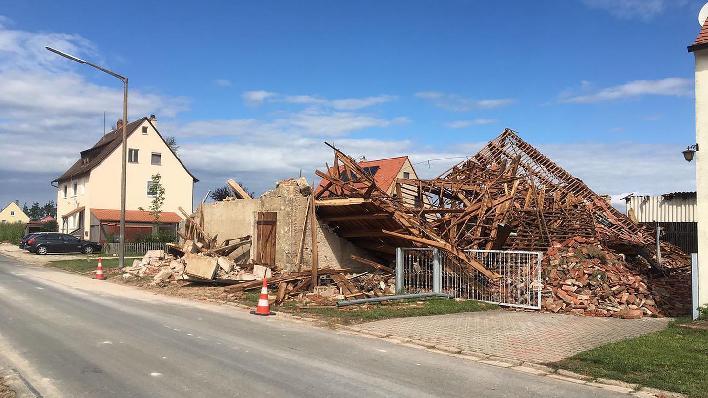 Am Tag nach dem Unwetter wurde im Landkreis Fürth erst das Ausmaß der Schäden sichtbar. In Stinzendorf wurden mehrere Scheunen dem Erdboden gleichgemacht.