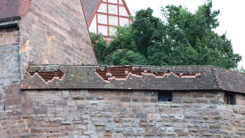 Besonders schlimm traf es den Westen Fürths und Cadolzburg. Sogar die frisch renovierte Cadolzburg blieb nicht heil: Dacchziegel stürzten herab, sie bleibt daher am Wochenende geschlossen.