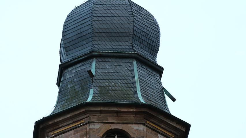 Auch ein Turmdach der Burganlage wurde beschädigt.