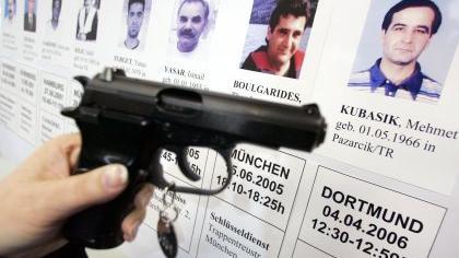 Theodoros Boulgarides hat erst vor ein paar Wochen im Münchner Westend zusammen mit einem Partner einen Schlüsseldienst aufgemacht. Der 41-Jährige hat das kleine Geschäft direkt neben seiner Wohnung eingerichtet. Am Abend stehen plötzlich zwei Männer vor ihm – und schießen. Gegen 19 Uhr wird seine Leiche gefunden.
