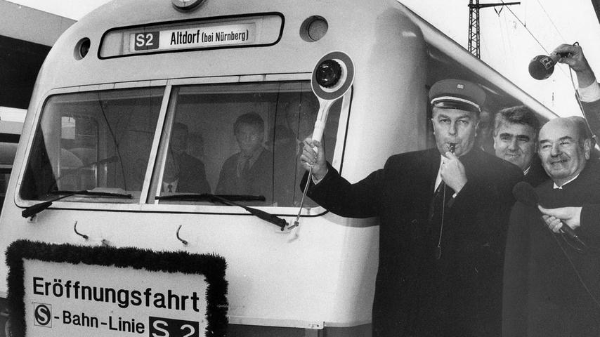 Die zweite Linie wird eröffnet: Am 2. November 1992 schickt Nürnbergs Oberbürgermeister Peter Schönlein (links) den ersten S-Bahn-Zug auf der Linie S2 von Nürnberg nach Altdorf.