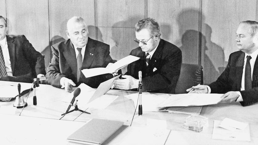 Doch natürlich gibt es auch eine Vorgeschichte: Bereits in den 70er Jahren werden die ersten konkreten Ideen für eine Nürnberger S-Bahn entworfen. Sie ist nötig, weil der Autoverkehr in der Region immer mehr zunimmt. Pläne werden besprochen, Politiker verhandeln. Und dann ist es endlich soweit: Im November 1981 werden im Nürnberger Rathaus die Verträge für eine Nürnberger S-Bahn unterzeichnet. Ihre Unterschrift unter die Dokumente setzen damals (v.li.): Bundeswohnungsbauminister Dieter Haack, Nürnbergs Oberbürgermeister Andreas Urschlechter, Bayerns Wirtschaftsminister Anton Jaumann und Finanzstaatssekretär Albert Meyer.