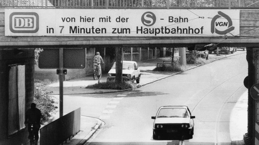 Natürlich wird für die Schnellbahn auch die Werbetrommel gerührt. Dieser Appell von der Deutschen Bahn (DB) und dem Verkehrsverbund Großraum Nürnberg(VGN), der an einer Bahnbrücke zu sehen ist, richtet sich an die Autofahrer. Sie sollen zum Umstieg auf die S-Bahn bewegt werden. Auch auf Plakatwänden und als Inserat erscheint der Hinweis.