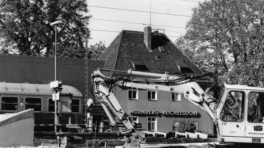 Auch hier rollen die Bagger: Der Bahnhof Reichelsdorf gleicht 1994 einer großen Baustelle. In Betrieb geht die 26-Kilometer-Strecke von Nürnberg nach Roth sieben Jahre später, im Jahr 2001.