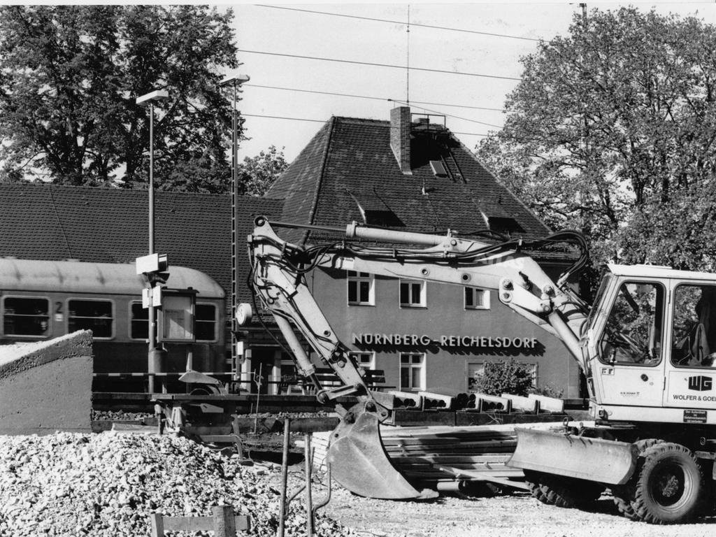FOTO: NN / Stefan Hippel, veröff. NN v. 28.12.1994; NO-Anz. v. 16.11.1994; SW-Anz. v. 26.10.1994. Aufnahmedatum: 14.10.1994, historisch; 1990er...MOTIV: Nürnberg; Nürnberg-Reichelsdorf; Haltestelle Reichelsdorf; Bahnhof; Gebäude; S-Bahn; S-Bahn-Strecke; Schnellbahn; Schnellbahnstrecke; Zug; Zugstrecke; Verbindung; Verkehr; öffentlicher Verkehr; Bau; Baustelle; Tunnel; Gleis; Schiene..KONTEXT: Engpaß zu erwarten..BU: Der Bahnhof Reichelsdorf gleicht einer großen Baustelle. Seit heute sind die Gleise nur noch durch den neuen Tunnel auf der Ostseite zu erreichen.