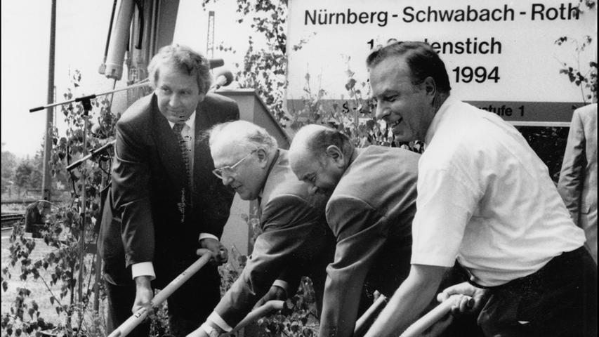 Wenige Jahre später geht es an die Linie 3 von Nürnberg nach Roth: Verkehrs-Staatssekretäre, Bahnfunktionäre und natürlich wieder Oberbürgermeister Peter Schönlein (rechts) greifen in Nürnberg-Reichelsdorf zum Spaten, um symbolisch den Bau der dritten S-Bahn-Linie zu beginnen.