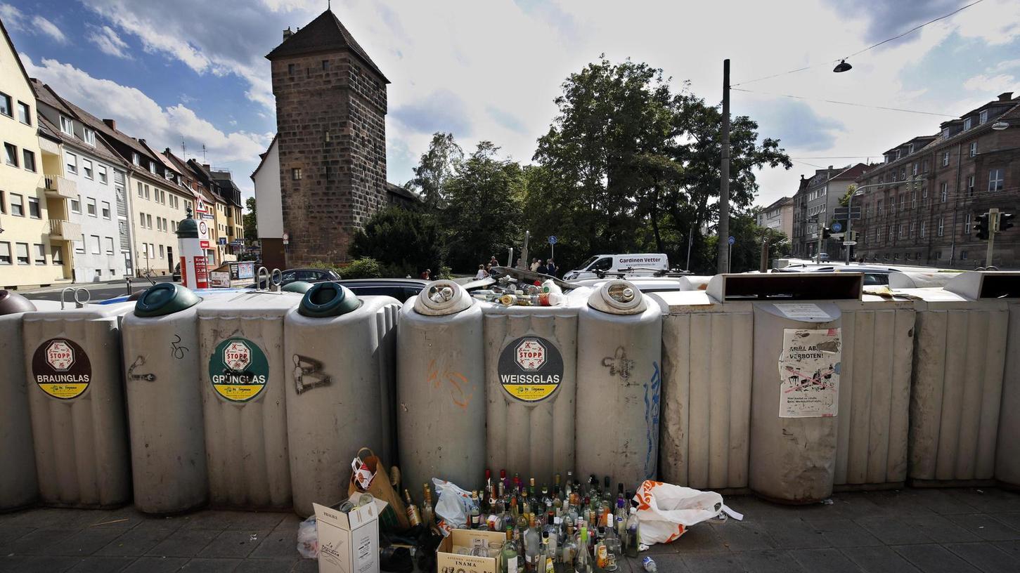 Willkommen in Nürnberg: Am Westtor - für viel Besucher der Eingang zur Altstadt - sammelt sich das Glas auch vor dem Container.