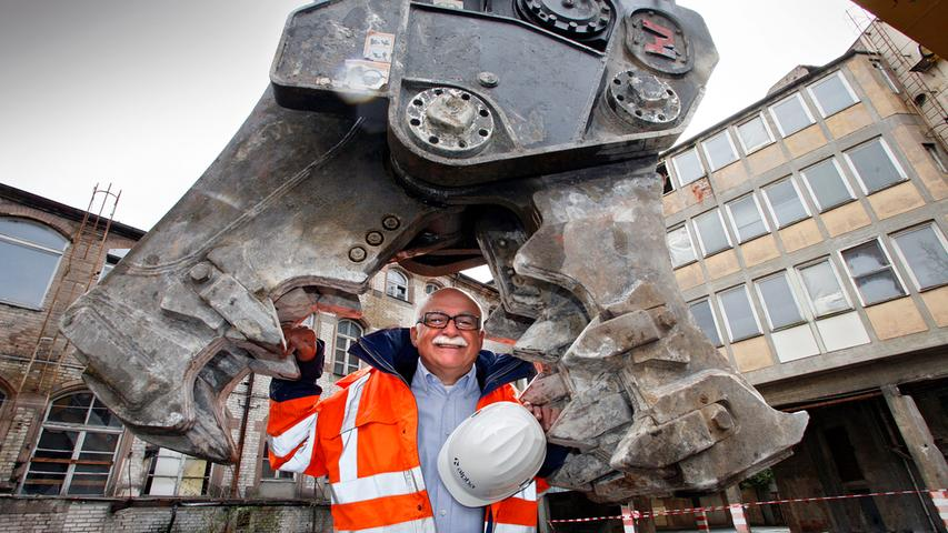 2008 herrschte noch Optimismus: Der neue Augustinerhof-Besitzer Gerd Schmelzer gibt den Startschuss für den Abriss.