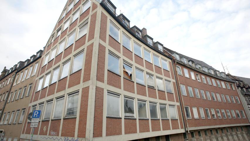1994 sollte sich mit dem Handschlag zwischen Eigentümer Mohammad Abousaidy, OB Peter Schönlein und Architekt Helmut Jahn alles ändern. Als das neue Konzept präsentiert wurde standen die Wohnungen an der Karlsbrücke schon Jahre lang leer.