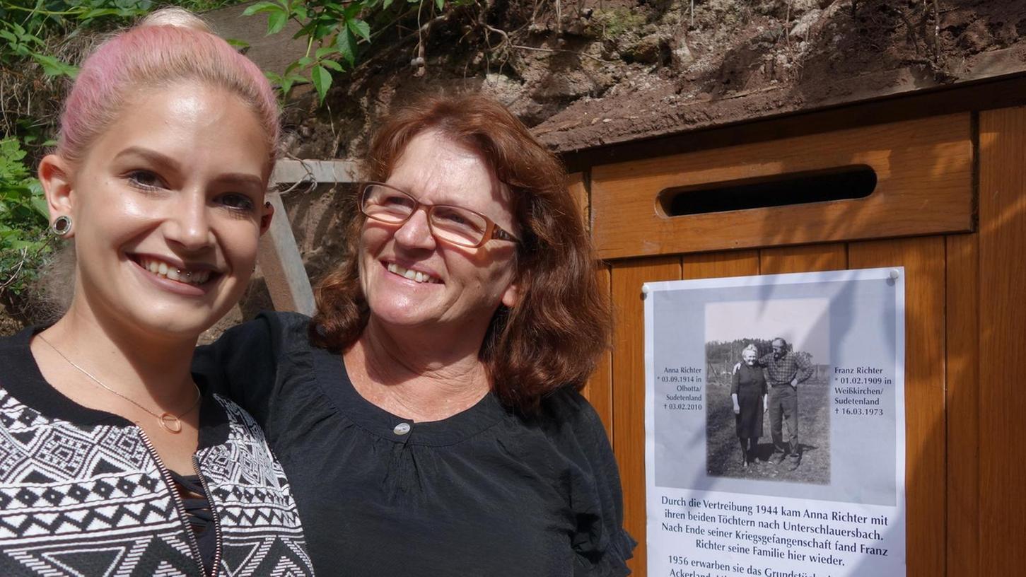 Stolz, dass der Keller der Vorfahren nicht in Vergessenheit gerät: Enkelin Sigrid Lews und Urenkelin Mary-Ann vor dem neuen Fledermaus-Quartier.