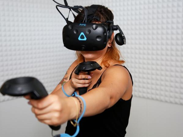 RESSORT: SamSon..DATUM: 16.08.17..FOTO: Michael Matejka ..MOTIV: Praktikantin Andrea probiert den neuen VR-Raum im Cine aus...ANZAHL: 1 von 28..Veröffentlichung nur nach vorheriger Vereinbarung