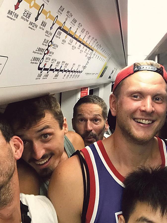 Große Jungs in der U-Bahn: Stefan Schmoll (rechts) und seine Nürnberger Teamkollegen gingen in Shanghai natürlich auch auf Entdeckungstour.
