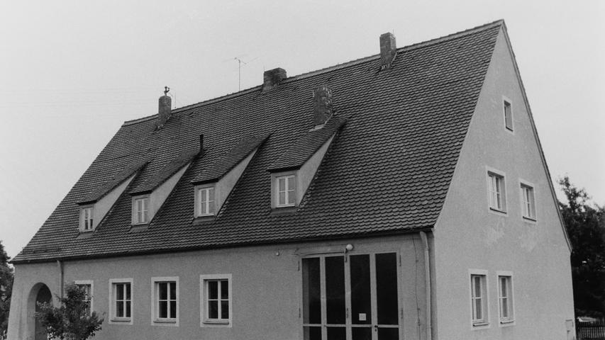 Im Jahr 1977 veranstaltete die Pegnitzer Wehr den Kreisfeuerwehrtag. Ein Blick 40 Jahre zurück zeigt deutlich auf, wie viel sich seit damals im Brandschutz getan hat, insbesondere auch, wenn man die Ausrüstung und die Gerätehäuser von damals mit heute vergleicht.47 Wehrmänner waren in Troschenreuth aktiv. Sie hatten in ihrem Gerätehaus im ehemaligen Schulhaus (Bild) ein Tragkraftspritzenfahrzeug mit 800 Litern Pumpleistung pro Minute zur Verfügung. Auch in diesem Ortsteil hat die Wehr heute ganz andere Möglichkeiten, nachdem vor einigen Jahren ein ganz neues feuerwehrhaus gebaut worden ist.