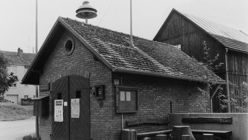 Im Jahr 1977 veranstaltete die Pegnitzer Wehr den Kreisfeuerwehrtag. Ein Blick 40 Jahre zurück zeigt deutlich auf, wie viel sich seit damals im Brandschutz getan hat, insbesondere auch, wenn man die Ausrüstung und die Gerätehäuser von damals mit heute vergleicht. An das alte Spritzenhaus in Buchau kann sich heute kaum mehr jemand erinnern, ist es doch längst einem schmucken Neubau gewichen.