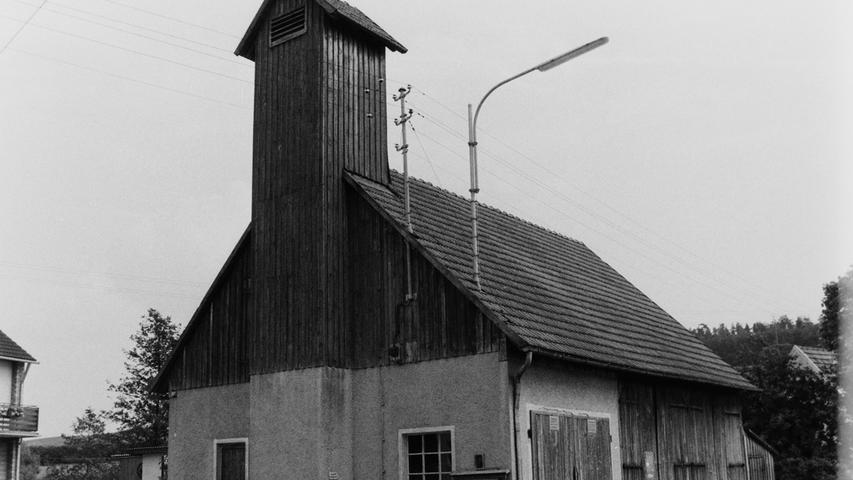 Im Jahr 1977 veranstaltete die Pegnitzer Wehr den Kreisfeuerwehrtag. Ein Blick 40 Jahre zurück zeigt deutlich auf, wie viel sich seit damals im Brandschutz getan hat, insbesondere auch, wenn man die Ausrüstung und die Gerätehäuser von damals mit heute vergleicht. In Kaltenthal etwa mussten sich die 30 Aktiven damals mit einer besseren Scheune zufrieden geben, der inzwischen ein repräsentativer Neubau gefolgt ist, der sich zum schmucken Dorfzentrum entwickelt hat.