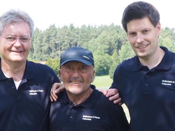 Die Macher und ihr Stammgast: Werner Herlitz (links), Speerwurfolympiasieger Klaus Wolfermann, Andreas Herlitz (rechts) waren die Gesichter der Benefizturnier-Serie beim GC Pottenstein.