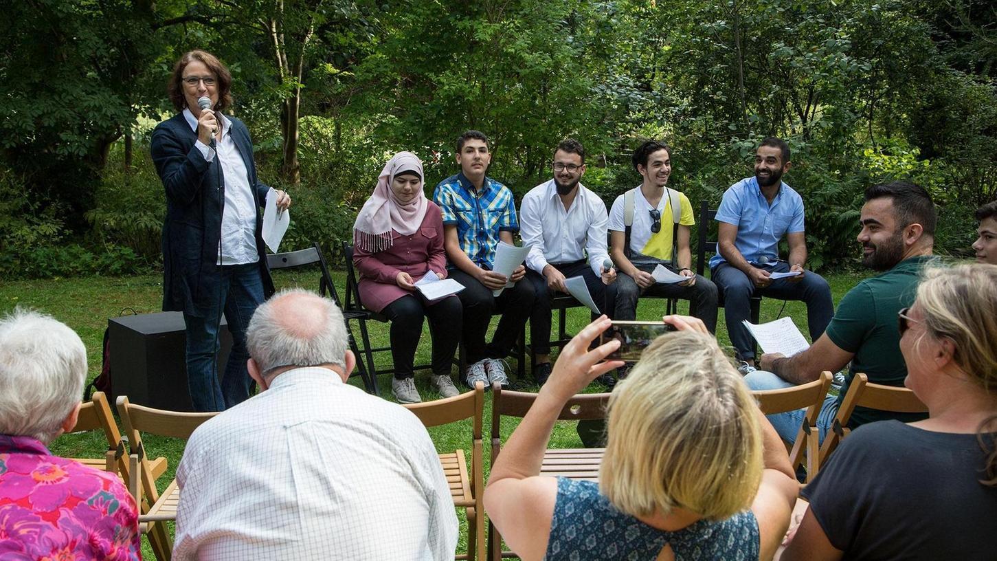 Sprache als wichtiger Schritt zur Integration: Die Workshop-Teilnehmer im Botanischen Garten.
