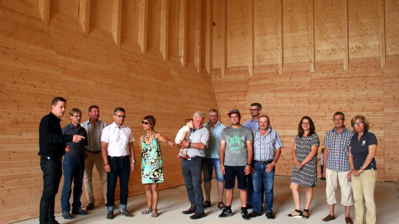 Immer wieder führte Architekt Michael Kühnlein jun. (li.) interessierte Besuchergruppen durch die einzelnen Hallen. Hier in der mit Fichtenholz ausgekleideten Salzhalle werden ab September 350 Tonnen Streusalz angeliefert.