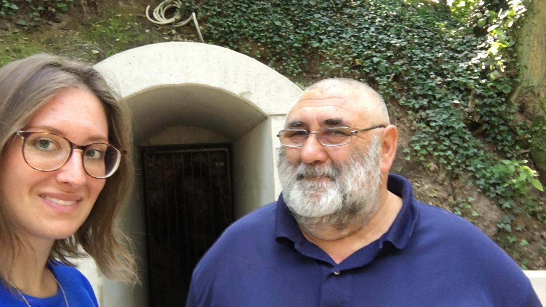 Alfred Strunz vom Geschichts- und Heimatverein Veitsbronn zeigte Wanderreporterin Viola Bernlocher den historischen Bunker.