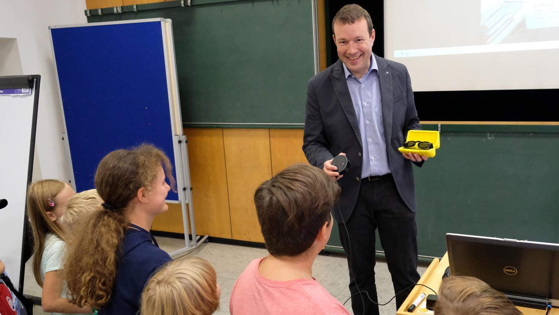 Holger Weber von webhygiene.de zeigt den Kindern: Das Internet vergisst nichts, und